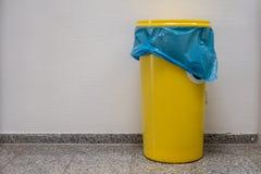与盒盖的黄色桶在走廊站立 免版税库存照片