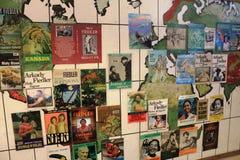 与盖子的一张世界地图从Arkady Fiedler ` s预定 库存图片