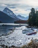 与盖独木舟的雪的冷的早晨在maligne湖,阿尔伯塔,加拿大 库存图片