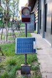 与盘区太阳能电池设定的红绿灯信号 免版税库存图片