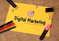 与目标象的数字式营销在纸 免版税库存图片