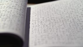与盲人识字系统字体转动的页的窗帘 关闭 股票录像