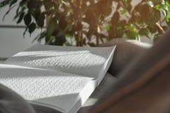 与盲人识字系统文本的书在扶手椅子 免版税库存图片