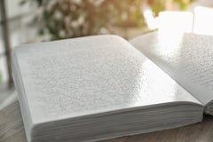 与盲人识字系统文本的书在桌上 瞎的人民的教育 库存图片