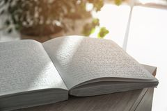 与盲人识字系统文本的书在桌上 瞎的人民的教育 免版税库存图片