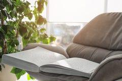 与盲人识字系统文本的白皮书在扶手椅子 瞎的人民的教育 图库摄影