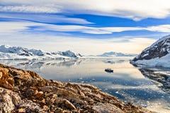 与直站的游轮的南极山风景  免版税库存照片