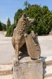 与盾的狼在Lednice宫殿,捷克 联合国科教文组织坐 库存照片