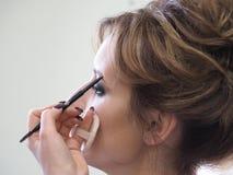 与眉笔的女性构成 关闭 免版税库存图片
