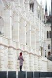 与看宫殿议会布达佩斯的她的女性身分 库存图片