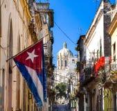 与看法国会大厦哈瓦那的古巴旗子 免版税库存照片