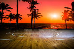与看法日落的木地板篮球场 库存照片