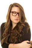 与看红色的玻璃的害羞的年轻女性模型  免版税库存图片