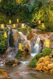 与看rilex,舒适和refres的瀑布的自然 免版税库存照片