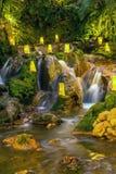 与看rilex,舒适和refres的瀑布的自然 库存照片
