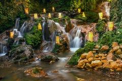 与看rilex,舒适和refres的瀑布的自然 图库摄影