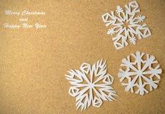 与真实的纸雪花的圣诞节明信片 免版税图库摄影