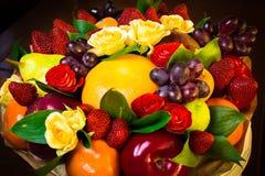 与真正的花和果子的花束 免版税库存图片