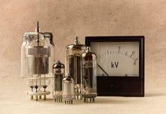 与真空管和电压表的葡萄酒电子背景在牛皮纸 免版税图库摄影