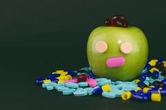 与眼睛和鼻子的绿色苹果计算机与医学2 库存照片