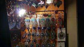 与眼睛小珠的一个纪念品店在火鸡的晚上 股票视频