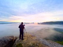 与眼睛的摄影师构筑的图片在反光镜 照片热心者享受工作,秋天自然 图库摄影