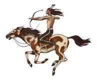 与矛的全国美洲印第安人骑乘马在手中 传统人 刻记手拉在老剪影 图库摄影