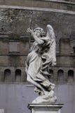 与矛的天使雕象 免版税库存图片