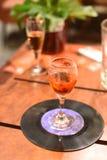 与短的杯的一张照片在一个老纪录的科涅克白兰地 免版税库存照片
