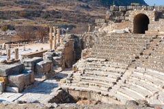 与石专栏的罗马圆形剧场废墟在ephesus Archa荡桨 免版税图库摄影