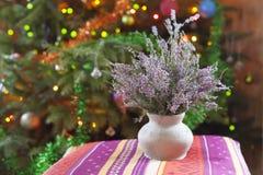 与石南花的花瓶 图库摄影