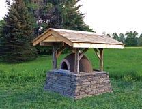 与石基础和雪松屋顶的地球烤箱 库存图片
