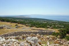 与石墙的沿海风景 库存图片