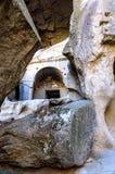 与石头中央阻拦的岩石洞的Ihlara谷安纳托利亚 Capadocia,土耳其 免版税库存图片