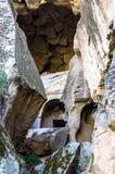与石头中央阻拦的岩石洞的Ihlara谷安纳托利亚 Capadocia,土耳其 免版税库存照片