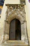 与石头的中世纪哥特式样式大厦进口在雷根斯堡,德国雕刻了装饰 免版税库存照片