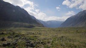与石头的宽绿色山谷在地面和高岩石小山arround 股票视频