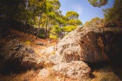 与石头的山 免版税库存照片