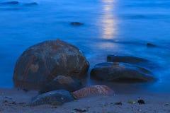 与石头的波罗的海海岸 免版税库存图片