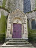 与石头被雕刻的曲拱细节的木门 库存照片