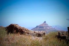 与石峰的设防在背景中 库存照片