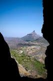 与石峰的谷视图 免版税图库摄影