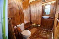 与石工阵雨小卧室和浴缸的卫生间竹子 库存图片