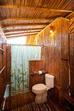 与石工阵雨小卧室和浴缸的卫生间竹子 库存照片