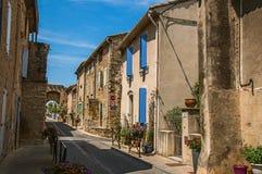 与石房子的街道视图在Chateauneuf duPape hamlet的市中心 免版税图库摄影