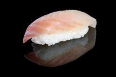 与石斑鱼的寿司nigiri在与反射的黑背景 J 免版税库存图片