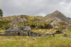 与石村庄废墟的威尔士山Cnicht在前景的 库存照片