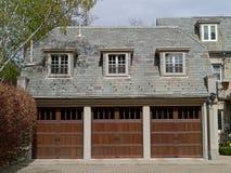 与石板屋顶的三辆汽车车库 免版税库存照片
