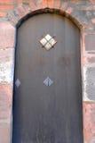 与石框架的古老木门 库存照片
