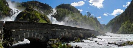与石桥梁的Latefossen瀑布在挪威 库存图片